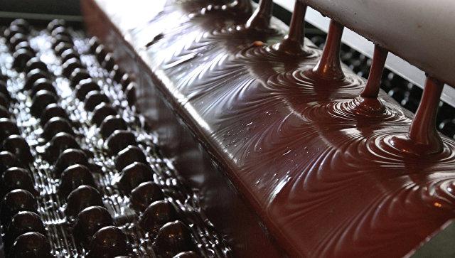На линии по выпуску шоколадных конфет. Архивное фото