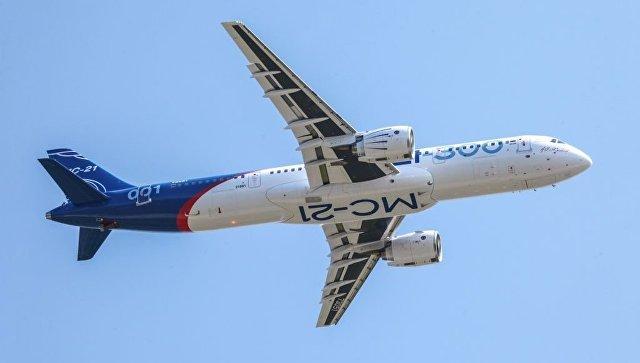 Самолет МС-21-300 выполняет полет по программе заводских доводочных испытаний с убранными шасси. 19 июня 2017