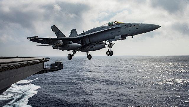 Американский палубный истребитель-бомбардировщик и штурмовик F/A-18E Super Hornet рядом с Сирией