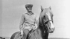Ведущий телепередачи В мире животных Николай Дроздов на лошади