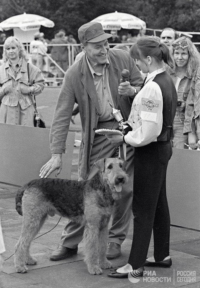 Победительница конкурса Юный Хендлер со своим питомцем эрдель-терьером дает интервью тележурналисту Николаю Дроздову на выставке собак Россия - 95
