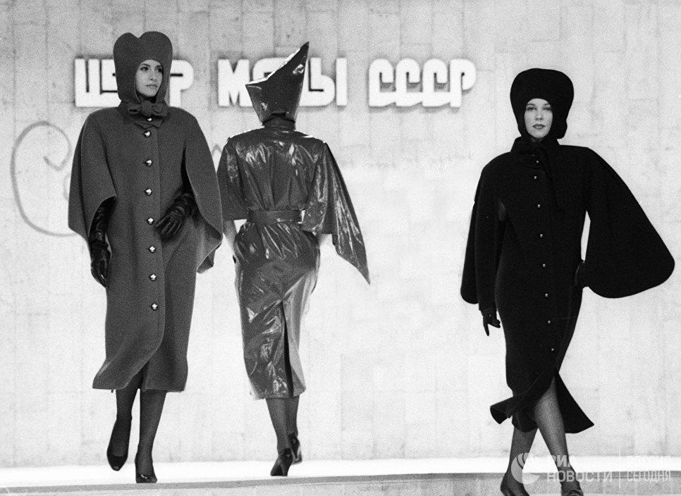 Манекенщицы демонстрируют пальто на показе моделей одежды французского модельера Пьера Кардена. 1989 год