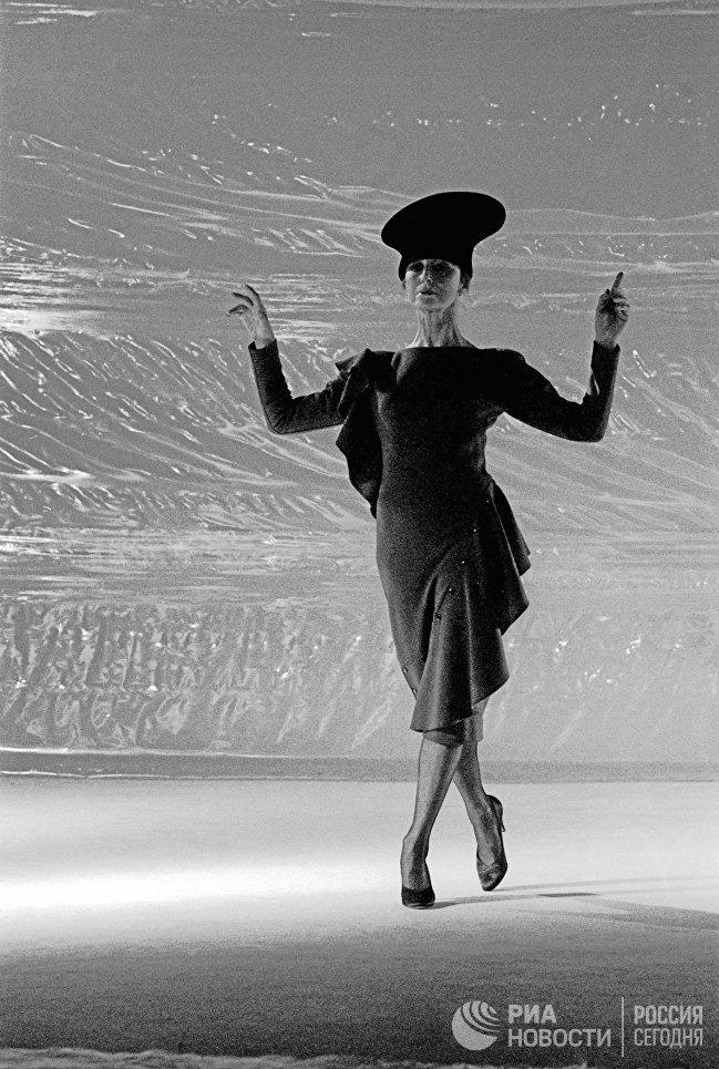 Народная артистка СССР, балерина Майя Плисецкая выступает в роли манекенщицы, демонстрируя новинки сезона знаменитого французского модельера Пьера Кардена
