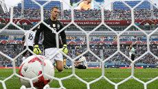 Вратарь Бернд Лено пропускает гол во время матча Кубка конфедераций-2017 по футболу между сборными Австралии и Германии