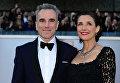 Британский актер Дэниел Дэй-Льюис с супругой Ребеккой Миллер на красной дорожке 85-ой церемонии вручения премии Оскар