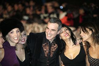 Актер Дэниел Дэй-Льюис с танцовщицами перед премьерой фильма Девять в Лондоне