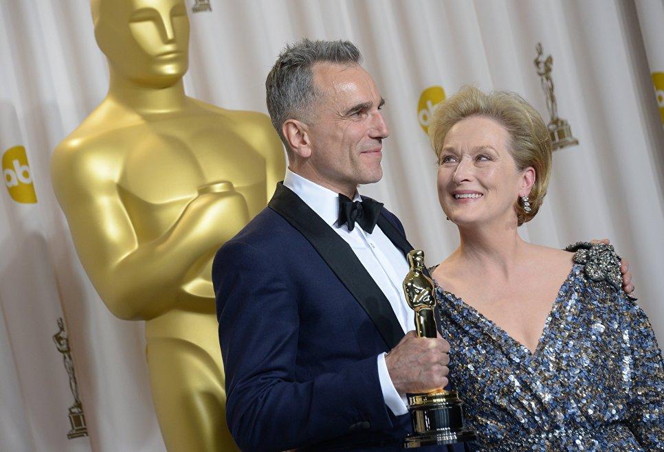 Актер Дэниел Дэй-Льюис и ведущая Мерил Стрип на 85-ой церемонии вручения премии Оскар