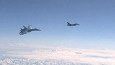 Истребитель НАТО F-16 и российский истребитель Су-27 над водами Балтики