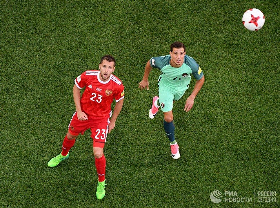 Дмитрий Комбаров (Россия) и Седрик Соареш (Португалия) во время матча Кубка конфедераций-2017 по футболу между сборными России и Португалии