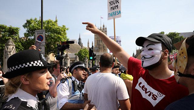 В Лондоне тысячи человек вышли на акции протеста