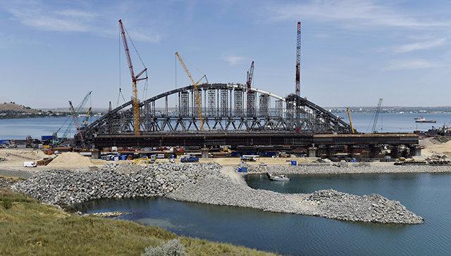 В Керченском проливе начали устанавливать арку над Крымским мостом