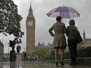 Прохожие у здания Парламента в Лондоне, Великобритания