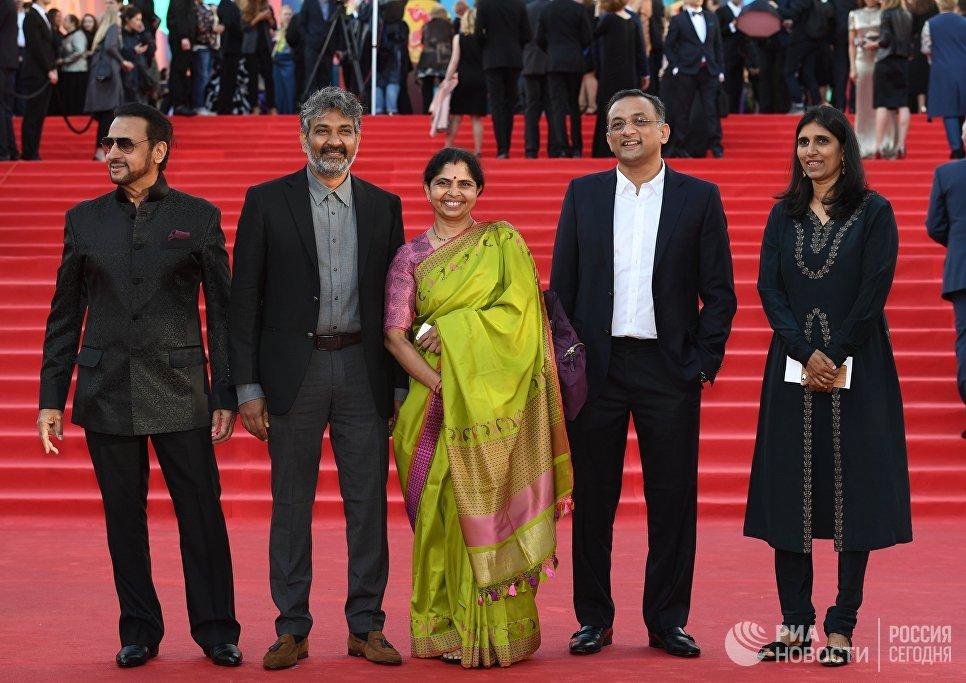 Режиссер С.С. Раджамули (второй слева) на церемонии открытия 39-го Московского международного кинофестиваля в Москве