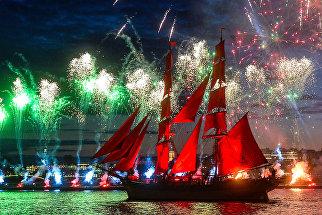 Кульминацией праздника традиционно стало появление старинной бригантины под алыми парусами.