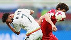 Мигель Лайюн (Мексика) и Юрий Жирков (Россия) во время матча Кубка конфедераций-2017 по футболу между сборными Мексики и России