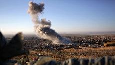 Дым на месте ударов ВВС США в Синджаре, Ирак. Архивное фото
