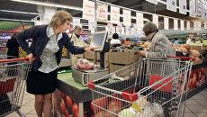Покупатели в овощном отделе гипермаркета. Архивное фото
