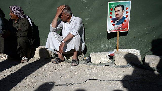 Жители Каубаба в Сирии с фотографией Башара Асада. Архивное фото