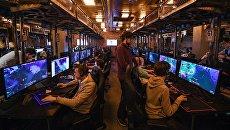 Посетители в компьютерном клубе киберспортивной арены Yota Arena в Москве