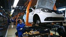 Сборочное производство производство на конвейере завода АвтоВАЗ в городе Тольятти. Архивное фото