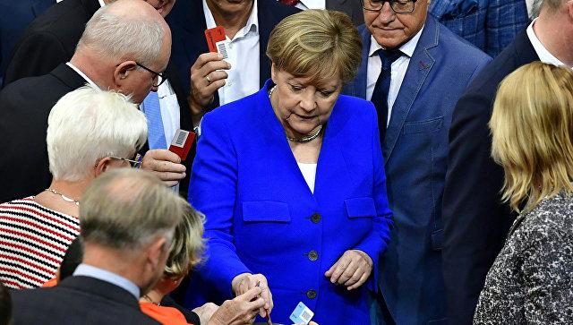 Альянс Меркель теряет популярность за три дня до выборов