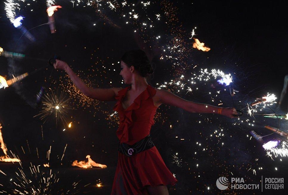Шоу на фестивале огненных театров Вселенский карнавал огня в парке киноприключений Мастер Панин в Москве