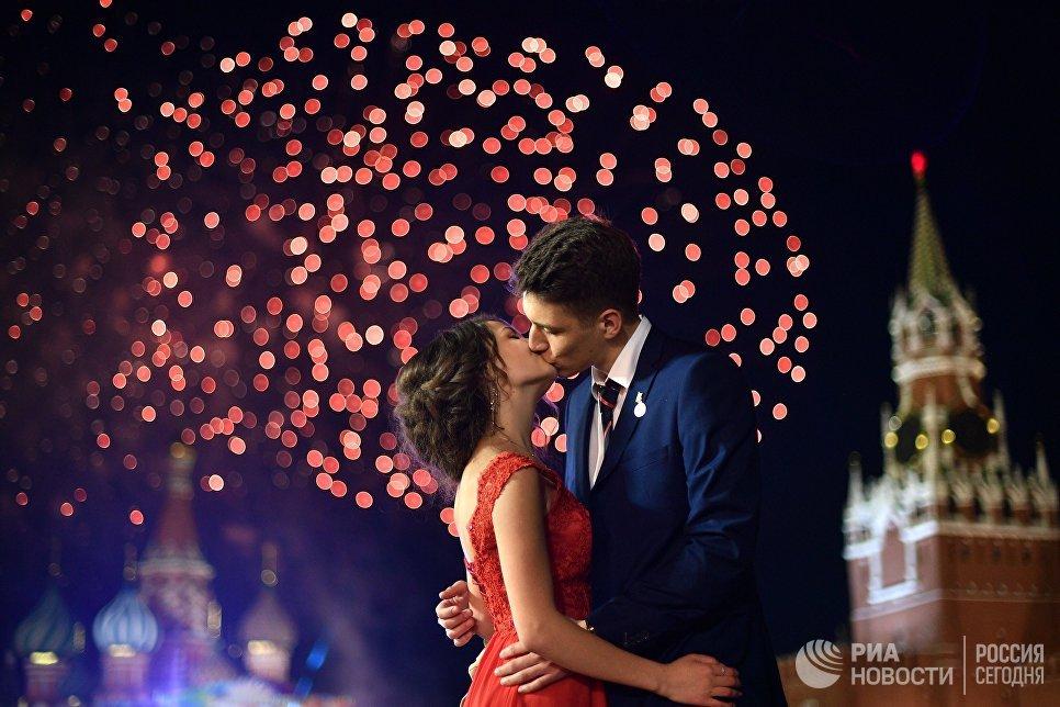 Выпускники во время праздничного салюта на Красной площади
