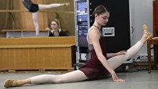 Артистка балетной труппы Большого театра Алена Ковалева на репетиции в балетном классе