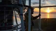 Волонтер комплексной экспедиции Гогланд на маяке на острове Большой Тютерс в Финском заливе