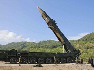 Лидер КНДР Ким Чен Ын осматривает ракету. Архивное фото