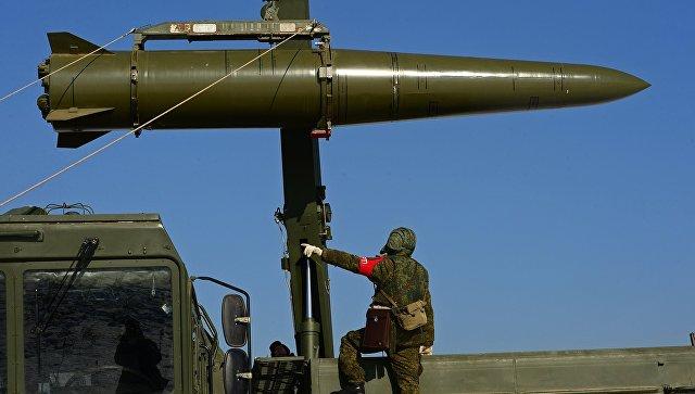 Загрузка ракеты на самоходную пусковую установку ракетного комплекса Искандер-М. Архивное фото