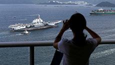 Авианосец Китая Ляонин в порту Гонконга. 7 июля 2017