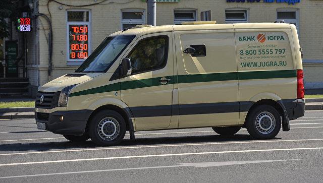 Инкассаторская машина банка Югра. Архивное фото