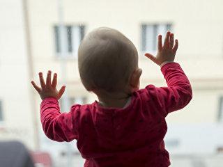 Ребенок у окна. Архивное фото