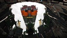 Установка ракеты-носителя Союз-2.1а  в пусковую систему стартовой площадки №31 космодрома Байконур. Архивное фото
