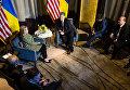 Президент Украины Петр Порошенко и кандидат в президенты США от Демократической партии Хиллари Клинтон во время встречи в Нью-Йорке