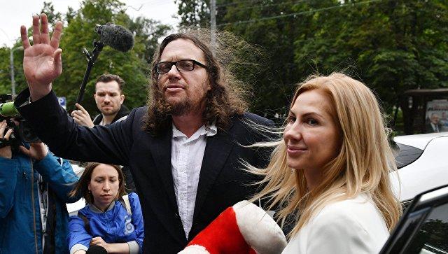Бизнесмен Сергей Полонский и его супруга Ольга Дерипаска у Пресненского суда Москвы после оглашения приговора. 12 июля 2017