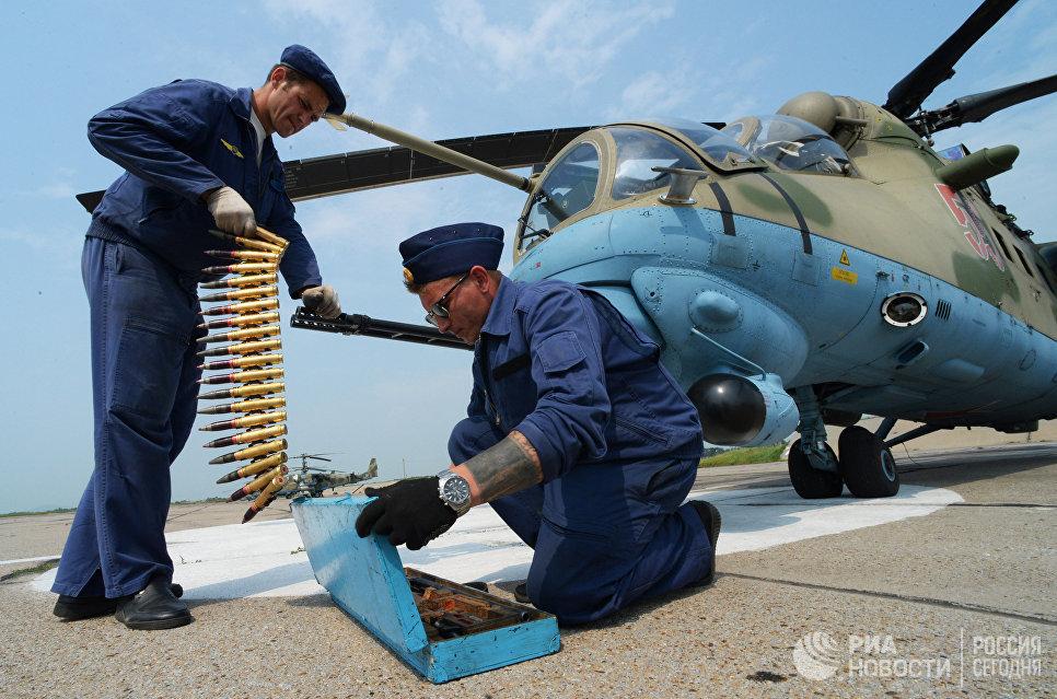 Авиационные техники готовят вертолет Ми-35 к вылету во время учений