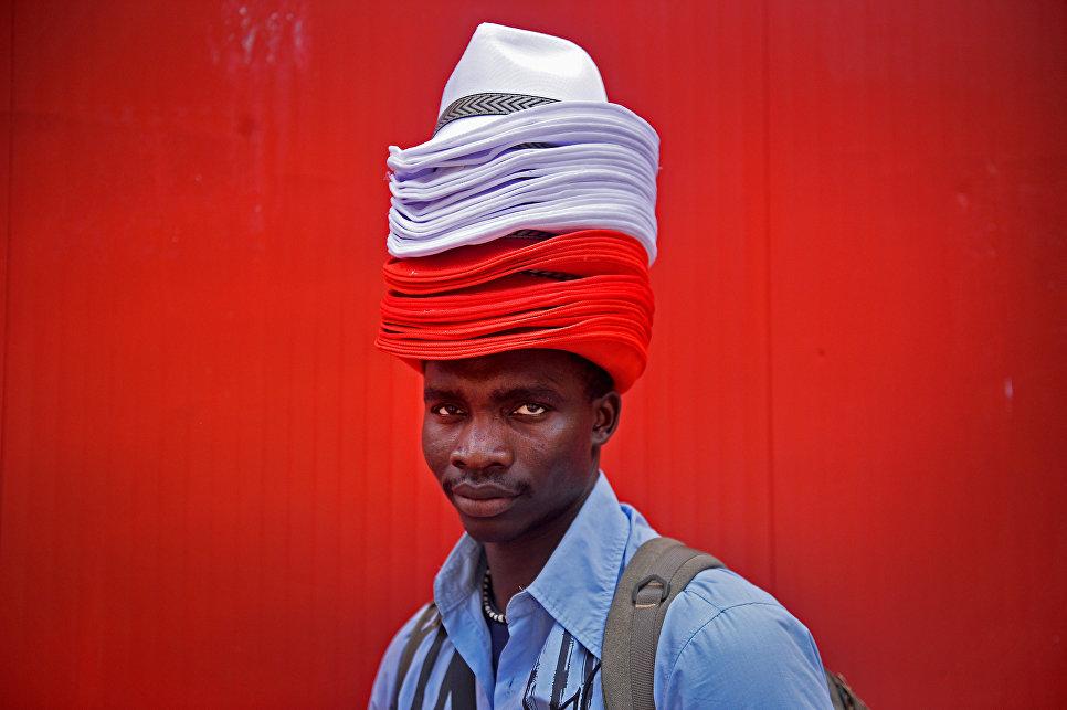Продавец шляп во время фестиваля Сан-Фермин в Памплоне