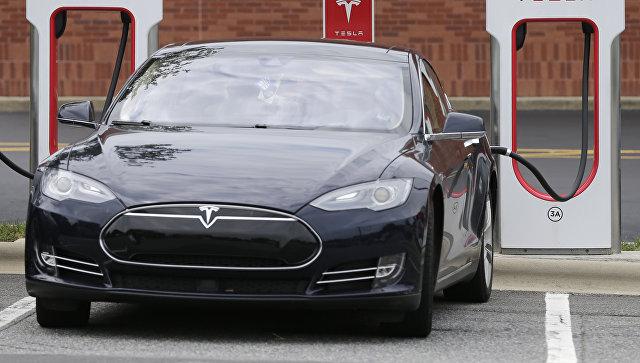 Автомобиль Tesla во время зарядки. Архивное фото