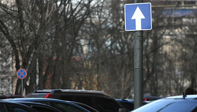 Знак Движение прямо на одной из улиц Москвы. Архивное фото