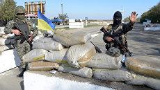 Украинские военные на КПП в Мариуполе. Архивное фото