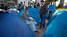 Мужчины в лагере беженцев в Париже. Архивное фото