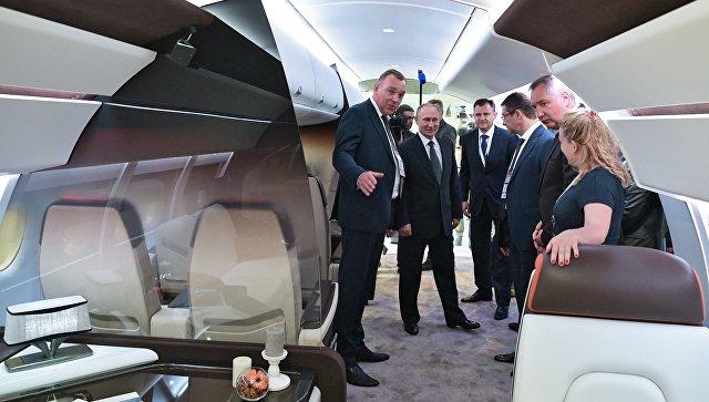 Владимир Путин во время посещения XIII Международного авиационно-космического салона МАКС-2017. 18 июля 2017