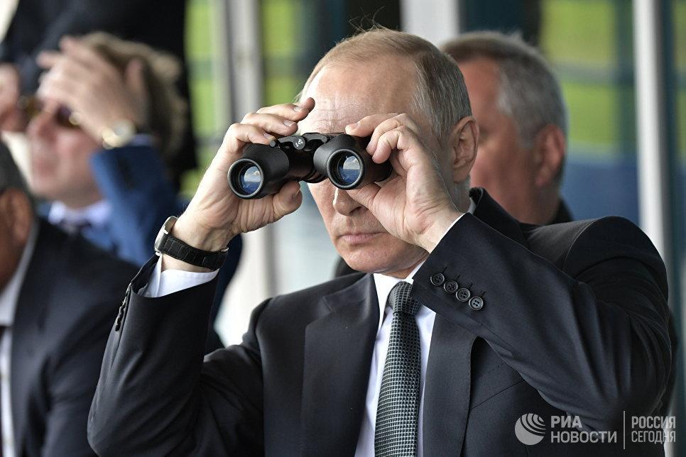Президент РФ Владимир Путин наблюдает за демонстрационными полетами пилотажных групп во время посещения МАКС-2017