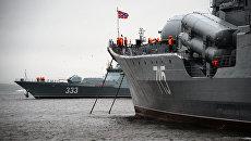 Новый корвет проекта 20380 Совершенный (слева) и эскадренный миноносец Быстрый в акватории Владивостока. Архивное фото