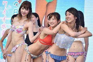 Модели в бикини во время танцевального перформанса в Токио
