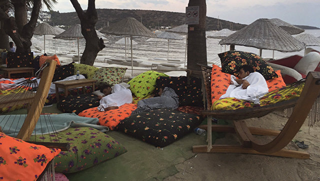 Люди спят на улице после землетрясения в Битезе, Турция