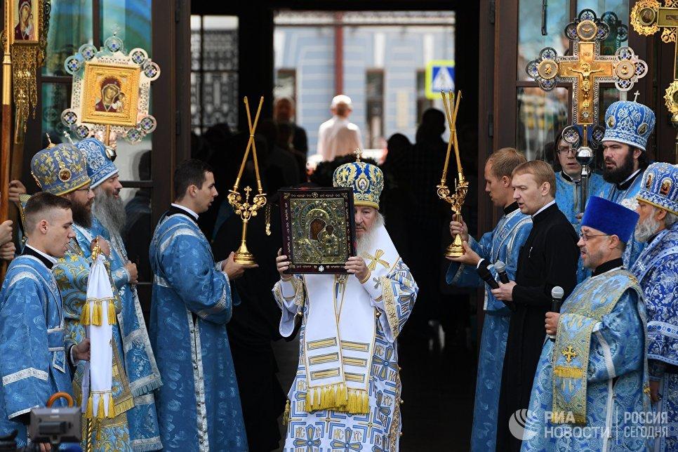Митрополит Казанский и Татарстанский Феофан во время крестного хода в праздник явления Казанской иконы Божией матери в Казани
