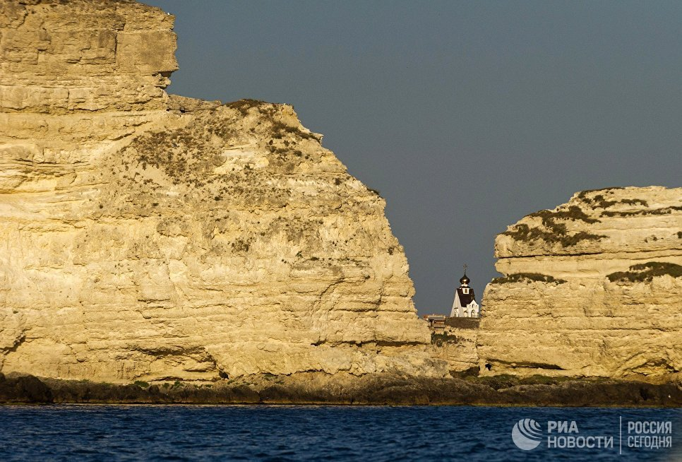 Скалы и церковь Святого Николая на мысе Большой Атлеш на Тарханкуте в Крыму